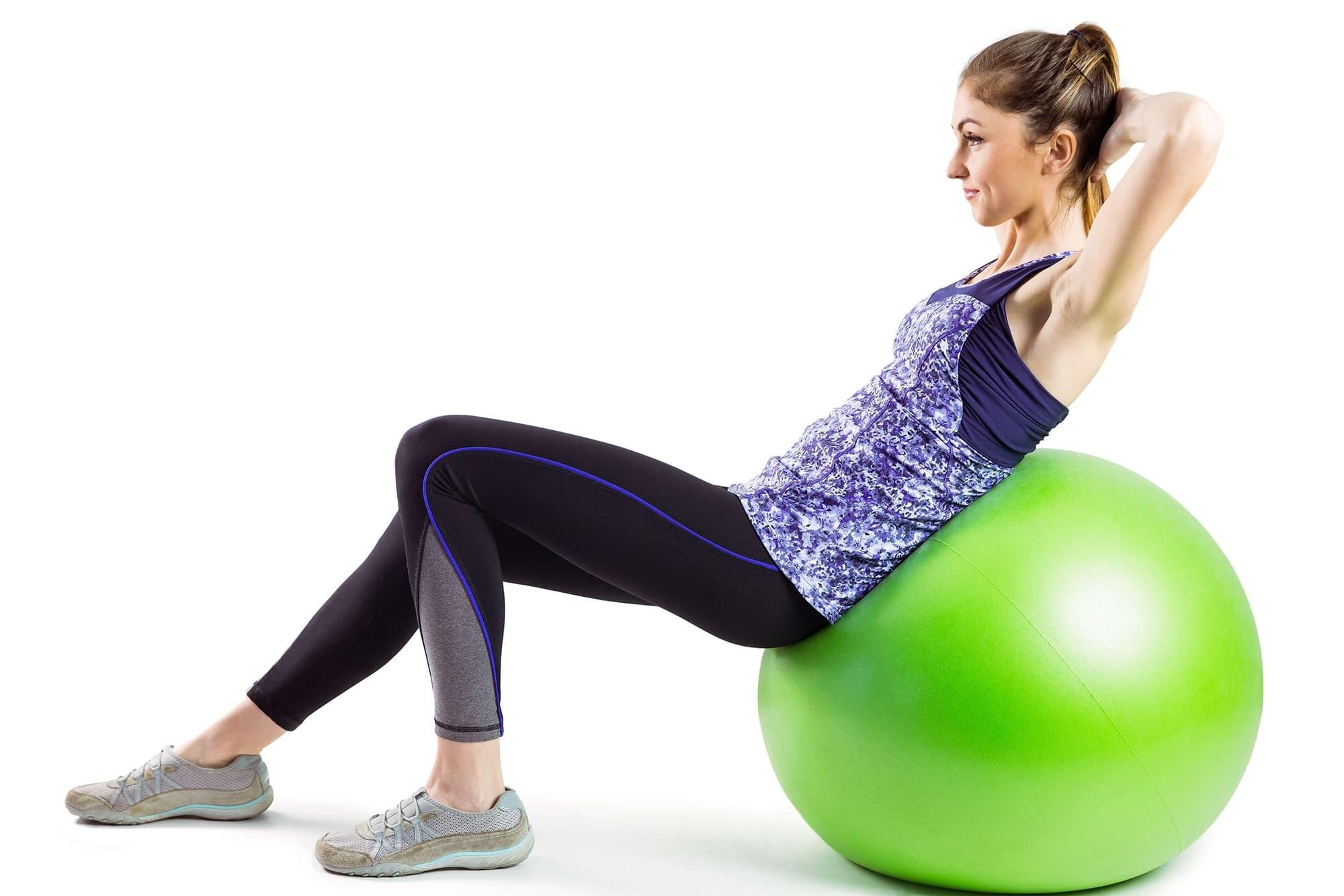バランスボールでトレーニングする女性